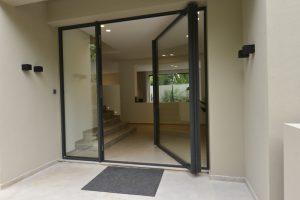 iFRAME frameless pivot doors